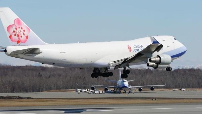 Một chiếc máy bay chở hàng của China Airlines hạ cánh trên đường băng tại sân bay quốc tế Ted Stevens Anchorage vào ngày 2/5/2020.
