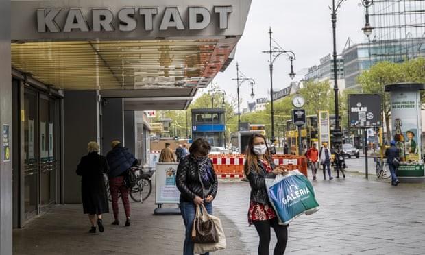 Người dân đeo khẩu trang đi mua sắm ở Berlin (Đức). Ảnh:  Getty Images