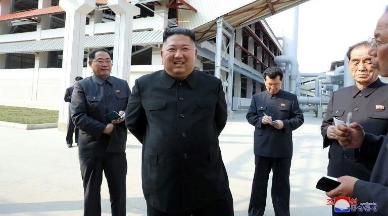 Nhà lãnh đạo Triều Tiên Kim Jong-un đến thăm một nhà máy phân bón trong bức ảnh được KCNA phát ngày 2/5/2020.