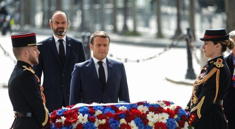 Tổng thống Pháp Emmanuel Macron và Thủ tướng Edouard Philippe đã tham dự một buổi lễ nhỏ tại Khải Hoàn Môn ở Paris.