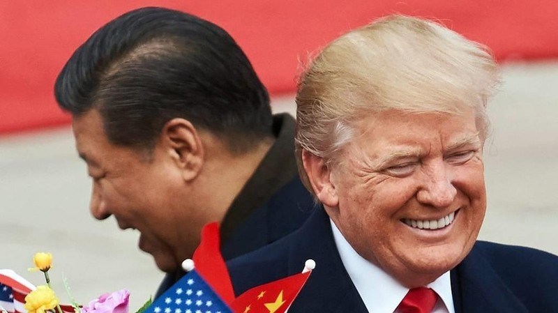 Chủ tịch Trung Quốc Tập Cận Bình (trái) và Tổng thống Hoa Kỳ Donald Trump (phải) bên ngoài Đại lễ đường Nhân dân ở Bắc Kinh. Ảnh: TASS