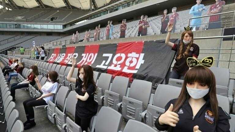 Câu lạc bộ bóng đá Hàn Quốc dùng búp bê tình dục thay thế khán giả