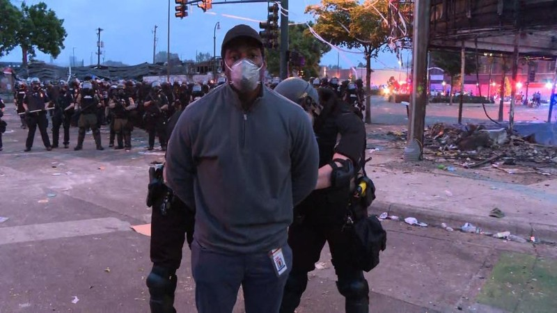 Phóng viên Omar Jimenez của CNN bị bắt ngay khi đang tác nghiệp trực tiếp.