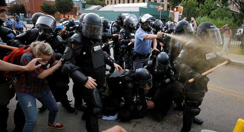 Bạo loạn ở Minneapolis: Cảnh sát cố tình xịt hơi cay vào mặt phóng viên