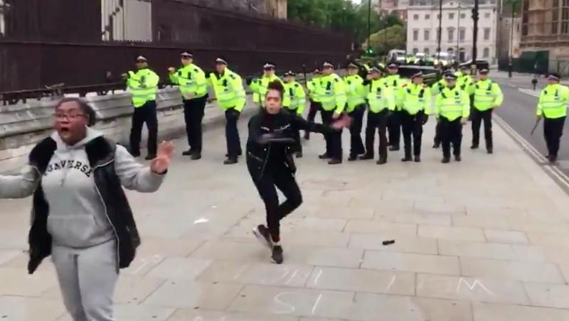 Hai người phụ nữ dũng cảm ngăn đám đông quá khích tấn công cảnh sát