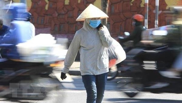 Người lao động Thủ đô vất vả với nắng nóng gay gắt. (Ảnh: Thành Đạt/TTXVN)