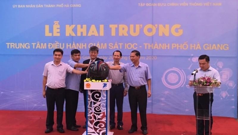Lãnh đạo UBND tỉnh Hà Giang và Đại diện Tập đoàn VNPT nhấn nút khai trương Trung tâm IOC Hà Giang.