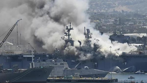 Khói từ đám cháy trên tàu đổ bộ đa năng USS Bonhomme Richard tại căn cứ hải quân Hoa Kỳ ở San Diego. Ảnh: AP