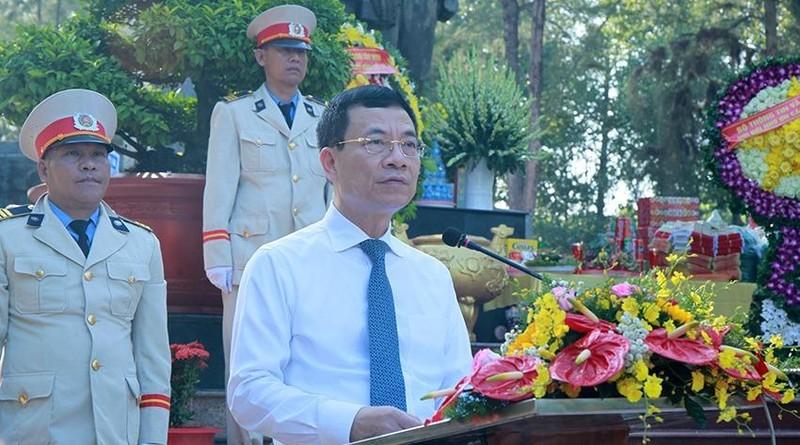 Bộ trưởng Bộ TT&TT Nguyễn Mạnh Hùng đọc diễn văn tưởng niệm các anh hùng, liệt sỹ.
