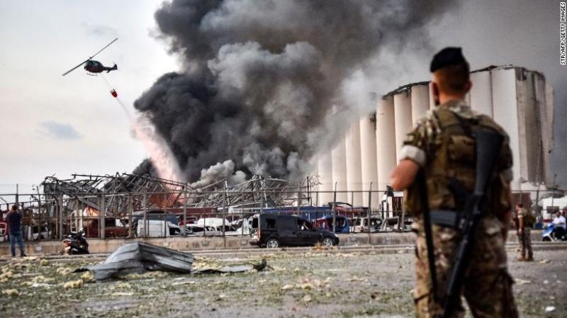 Một chiếc trực thăng chiến đấu Lebanon phía trên hiện trường vụ nổ.