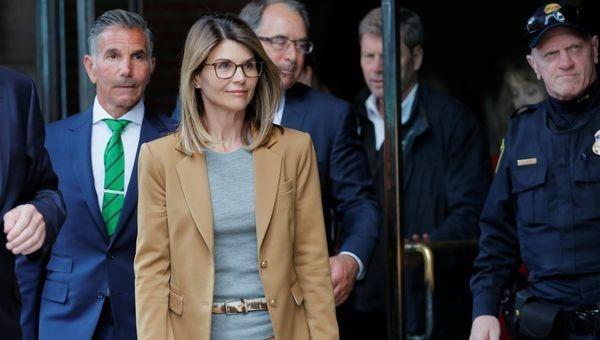 Vợ chồng nữ diễn viên Lori Loughlin rời tòa liên bang tại Boston, bang Massachusetts, Mỹ ngày 3/4/2019 - Ảnh tư liệu: Reuters