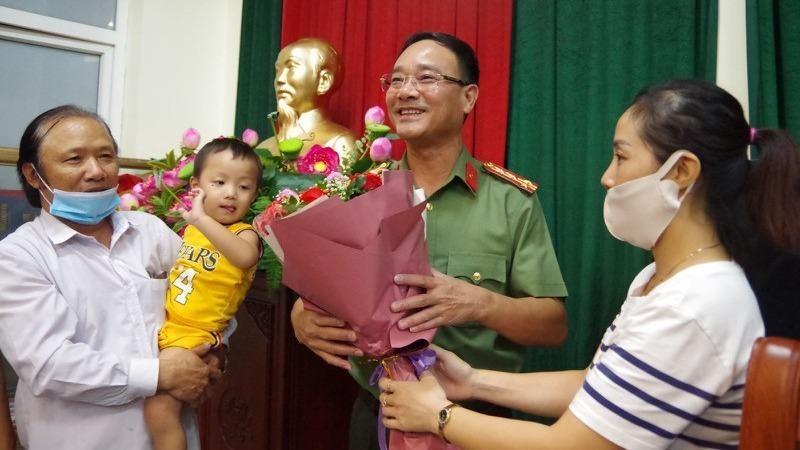 Gia đình cháu Gia Bảo tặng hoa cảm ơn lực lượng công an Bắc Ninh đã khẩn trương điều tra vụ việc, tìm được cháu bé.