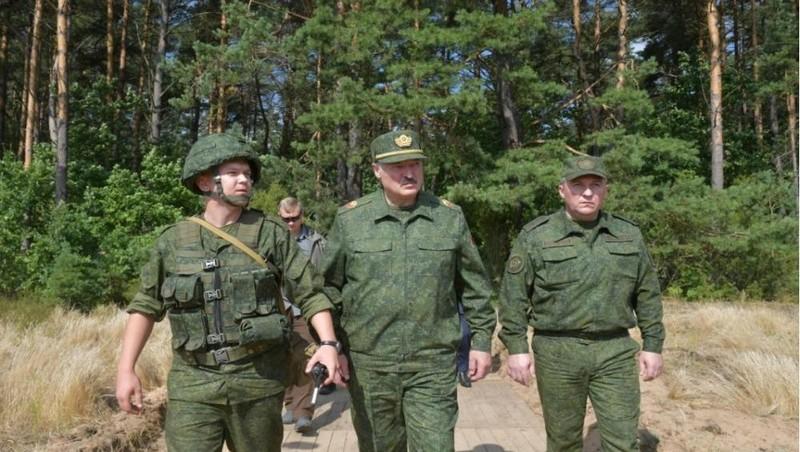 Tổng thống Belarus Alexander Lukashenko thăm trường bắn quân sự gần Grodno, Belarus, ngày 22/8/2020. Ảnh: Reuters