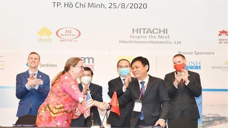 Lễ ký kết Thỏa thuận tài trợ, có sự chứng kiến của đại diện lãnh đạo phía Hoa Kỳ và TP.HCM. Ảnh: Bảo Lan
