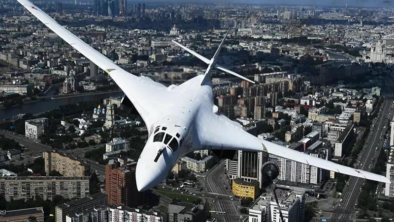 Máy bay Tu-160 xuất hiện trong Lễ diễu hành quân sự kỷ niệm Ngày chiến thắng trên bầu trời Moscow (Nga).
