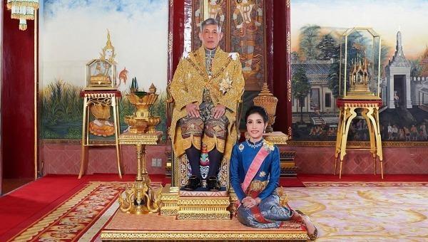 Đức Vua Thái Lan Maha Vajiralongkorn và Hoàng quý phi Sineenat Wongvajirapakdi. Ảnh: AFP