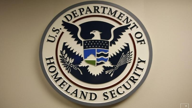 Logo của Bộ An ninh Nội địa Mỹ gắn tại Trung tâm Tích hợp Truyền thông & An ninh Mạng Quốc gia (NCCIC). Ảnh: Reuters