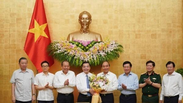 Thủ tướng Nguyễn Xuân Phúc chúc mừng tân Chủ tịch UBND TP. Hà Nội Chu Ngọc Anh - Ảnh: VGP/Quang Hiếu.