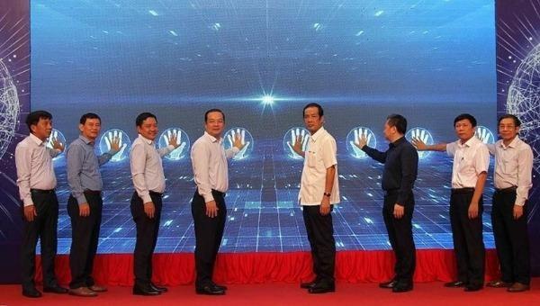 Lãnh đạo hai bên và quan khách cùng nhấn nút khai trương Trung tâm IOC Quảng Bình.