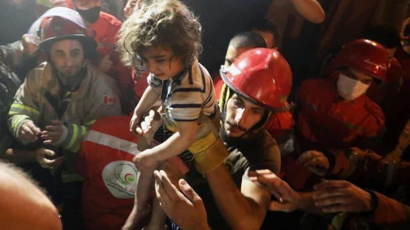 Một em bé được cứu ra từ đống đổ nát sau vụ cháy nổ.