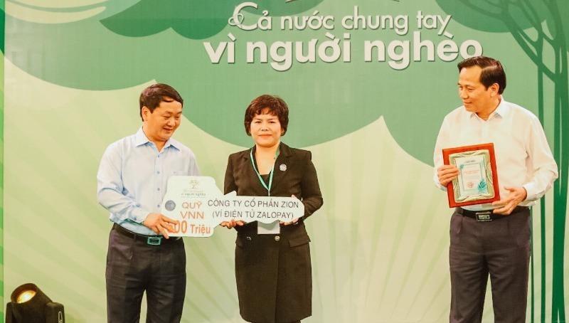 """Bà Trương Cẩm Thanh – Chủ tịch Zion, đại diện ZaloPay trao 500 triệu đồng cho Quỹ """"Vì người nghèo""""."""
