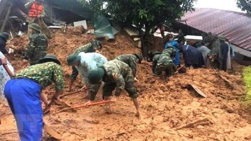 Lực lượng cứu hộ, cứu nạn tiếp cận hiện trường vụ sạt lở đất. (Ảnh: TTXVN phát)