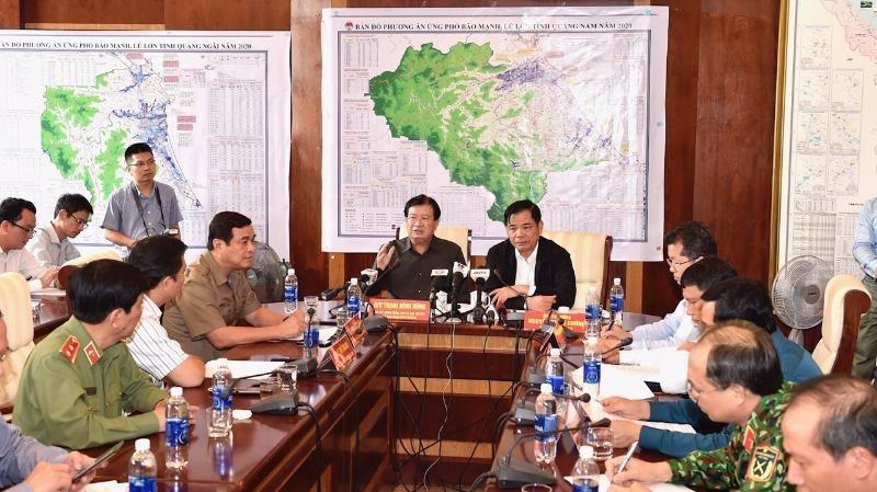 Phó Thủ tướng Trịnh Đình Dũng chủ trì cuộc họp Ban Chỉ đạo tiền phương, tại Đà Nẵng. Ảnh: VGP/Nhật Bắc.