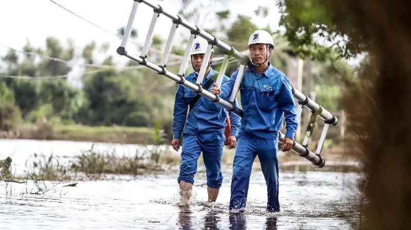 Nhân viên VNPT Quảng Bình sửa chữa đảm bảo hạ tầng mạng lưới.