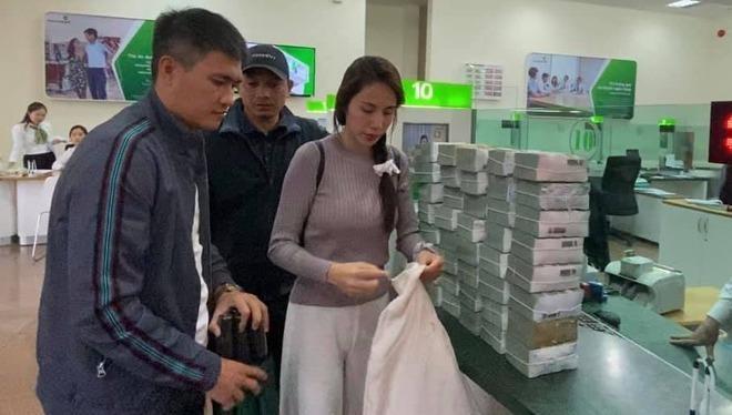 Thủy Tiên và chồng có mặt tại nhiều tỉnh ở miền Trung để cứu trợ.