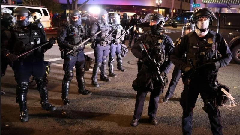 Cảnh sát chống bạo động Mỹ ở Portland hôm 4/11 (giờ Mỹ). Ảnh: Reuters.