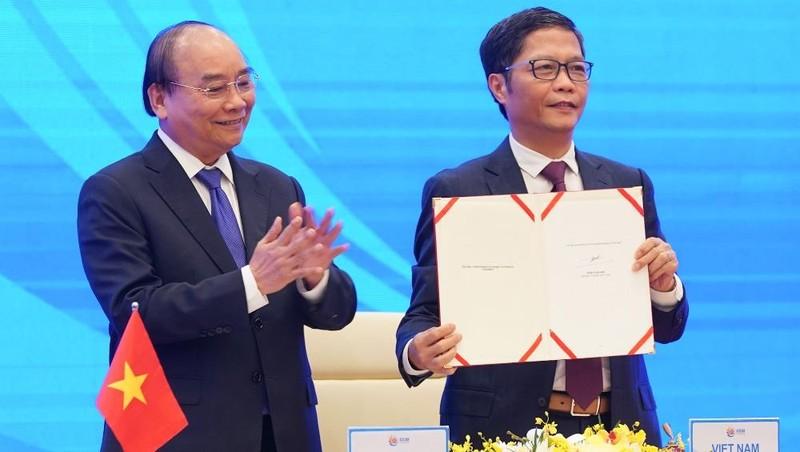 Tại Hà Nội, Bộ trưởng Công Thương Trần Tuấn Anh, đại diện Việt Nam, ký Hiệp định RCEP. Ảnh: VGP/Quang Hiếu.