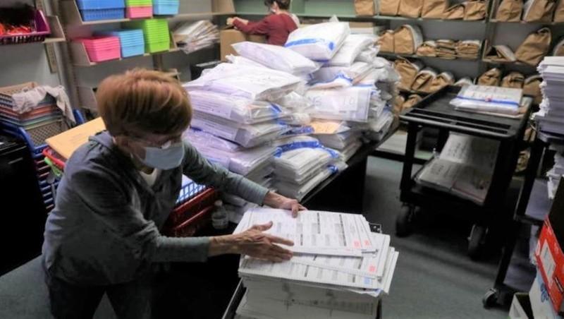 Kiểm tra phiếu bầu cử tổng thống Mỹ ở Kenosha, Wisconsin, Mỹ. Ảnh: Reuters.