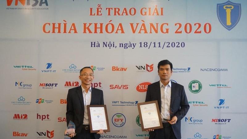 Các đại diện của VNPT Technology nhận giải thưởng.
