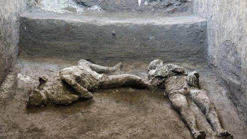 Các bộ xương được tìm thấy trong quá trình khai quật một biệt thự ở Pompeii, Ý. Ảnh: AP