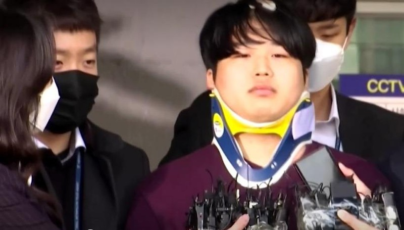 Cho Ju Bin bên ngoài sở cảnh sát - Ảnh: Reuters