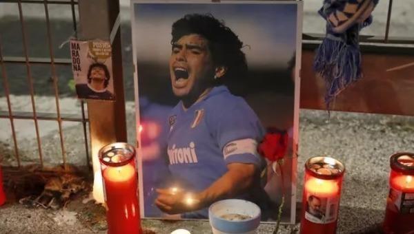 """Người dân Argentina bày tỏ tiếc thương đối với """"Cậu bé vàng"""" Maradona."""
