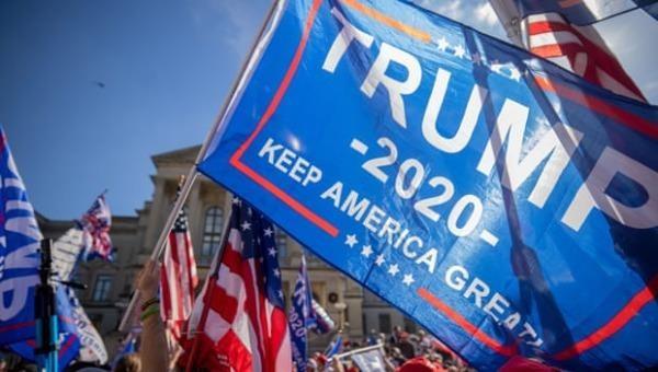 Những người ủng hộ ông Donald Trump trong cuộc biểu tình bên ngoài thủ phủ bang Georgia ở Atlanta, ngày 21/11. Ảnh: Rex/Shutterstock