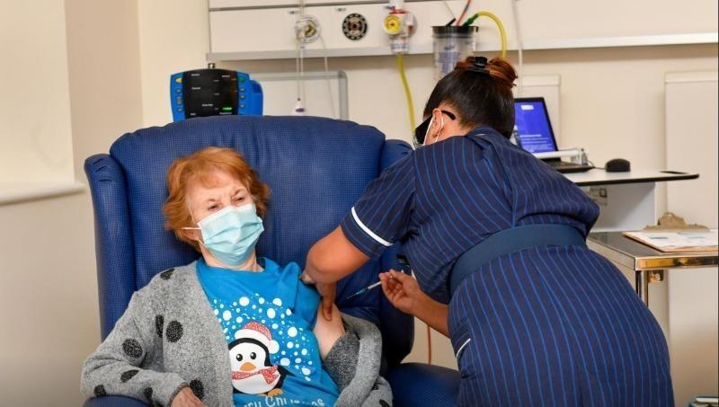 Cụ bà 90 tuổi người Anh là người đầu tiên trên thế giới chính thức tiêm vắc-xin Pfizer