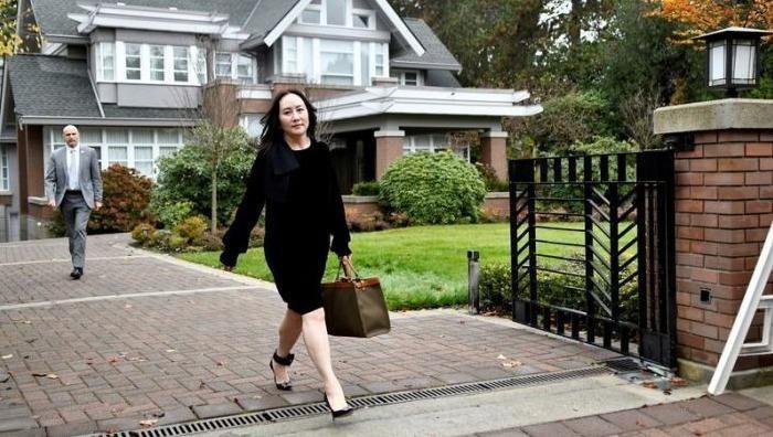 Giám đốc tài chính của Huawei Mạnh Vãn Châu rời nhà để tham dự một phiên tòa ở Vancouver (Canada). Ảnh: Sarah Berman