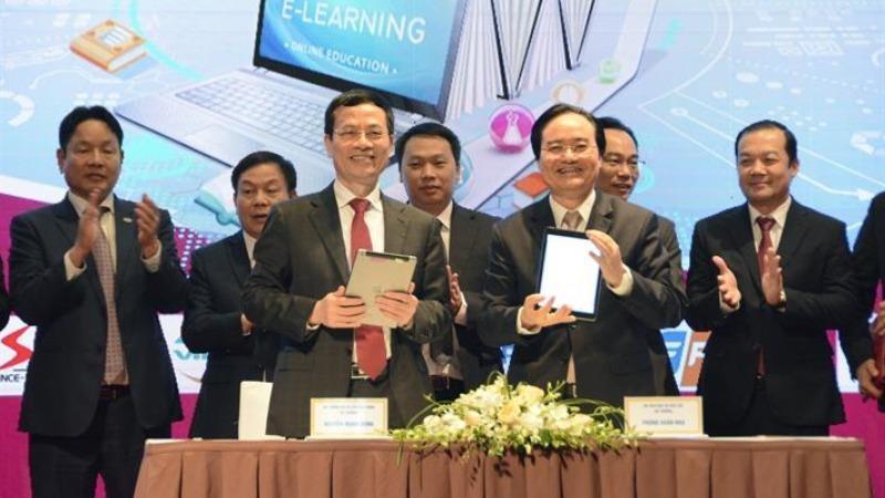 Bộ trưởng Bộ GD-ĐT Phùng Xuân Nhạ và Bộ trưởng Bộ TTTT Nguyễn Mạnh Hùng ký kết hợp tác triển khai chuyển đổi số trong GDĐT.