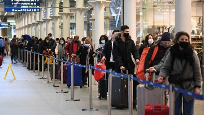 Người dân xếp hàng tại St Pancras International ở London cho chuyến tàu cuối cùng đến Paris hôm Chủ nhật. Ảnh: Stefan Rousseau / PA
