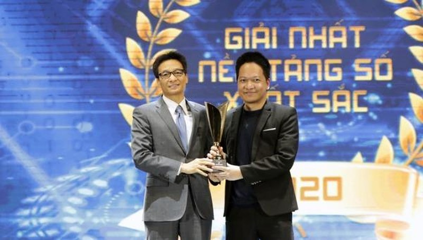 Phó thủ tướng Vũ Đức Đam trao giải nhất nền tảng số xuất sắc nhất cho ông Phạm Kim Hùng, CEO Base.vn.