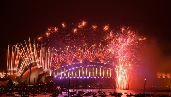 Pháo hoa bắn lên từ Cầu cảng Sydney vào khoảnh khắc giao thừa. Ảnh: AFP.