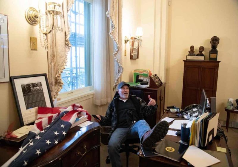 Bức ảnh  người ủng hộ ông Trump ngồi gác chân lên bàn làm việc trong văn phòng của Chủ tịch Hạ viện Nancy Pelosi tại tòa nhà Quốc hội Mỹ, ngày 6/1.