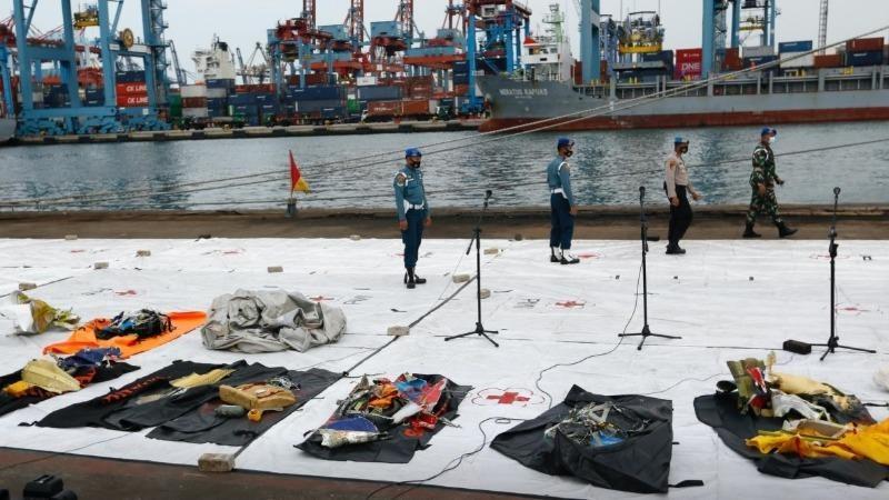 Đội tìm kiếm trục vớt các mảnh vỡ từ chiếc máy bay tai nạn của hãng hàng không Sriwijaya Air ở Jakarta, Indonesia. Ảnh:  Achmad Ibrahim/AP