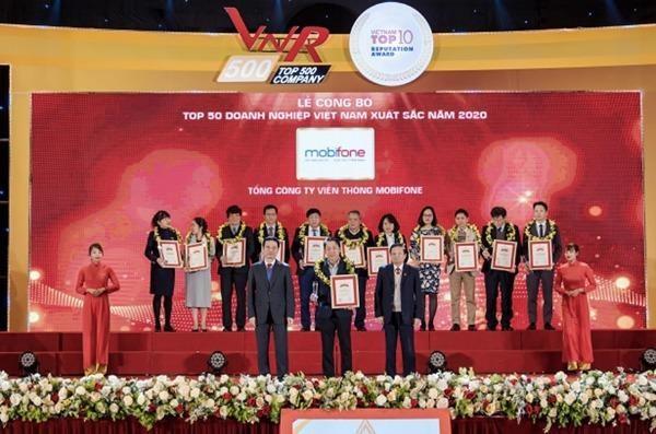 Đại diện MobiFone nhận chứng nhận Top 50 thương hiệu Việt Nam xuất sắc.