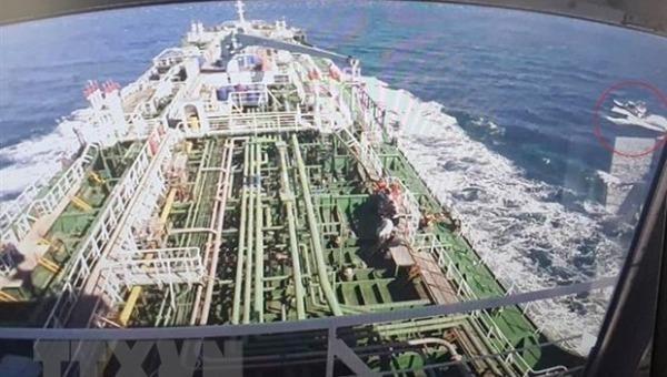 Tàu chở dầu MT Hankuk Chemi (bên phải) của Hàn Quốc bị tạm giữ tại cảng của Iran, sau khi bị bắt giữ ở vùng Vịnh, ngày 4/1/2021. (Ảnh: Yonhap/TTXVN)