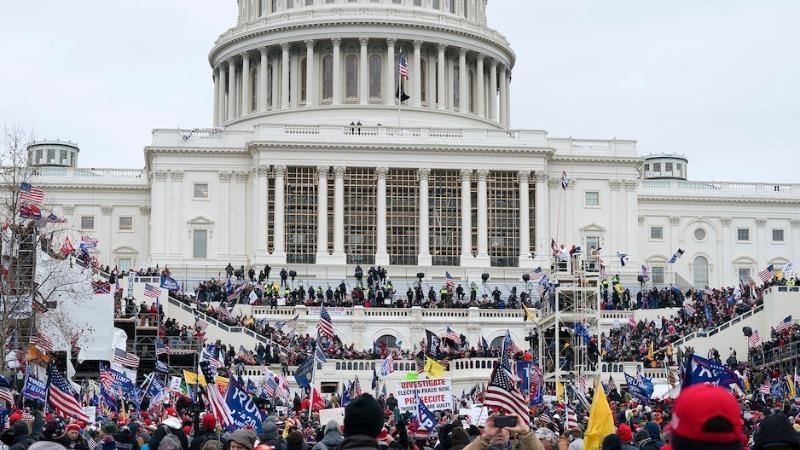Người biểu tình ủng hộ tổng thống Trump tràn vào tòa nhà Quốc hội Mỹ, ngày 6/1/2021. Ảnh: AP