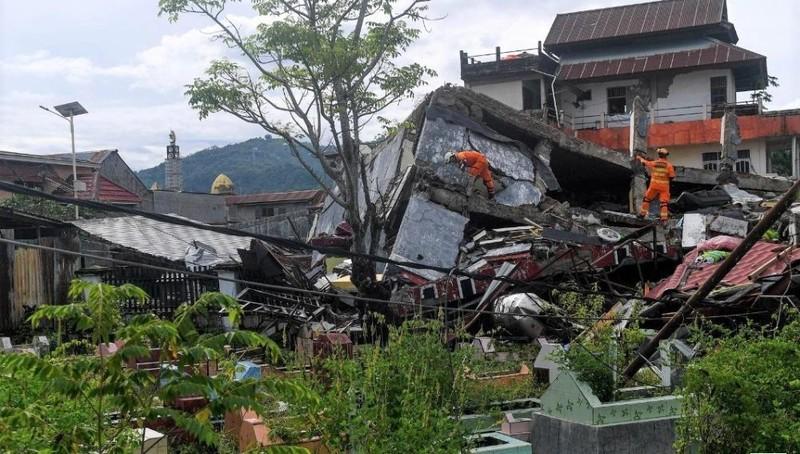 Trận động đất 6,2 độ rích-te khiến nhiều tòa nhà đổ sập ở tỉnh Tây Sulawesi, Indonesia. ẢNh: Reuters.