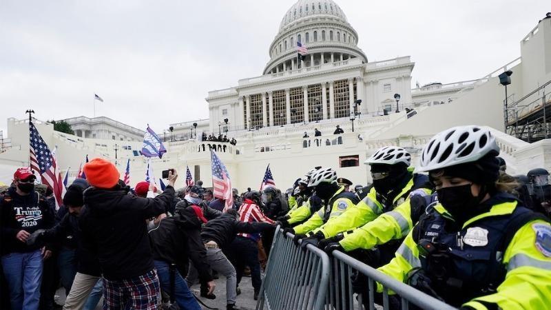 Người biểu tình ủng hộ tổng thống Trump tràn vào tòa nhà Quốc hội để ngăn việc xác nhận chiến thắng của ông Biden, ngày 6/1.